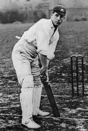 বলের জন্য অপেক্ষায় ক্লেম হিল। ক্রিকেটের প্রথম বাঁহাতি গ্রেট। ছবি: গেটি ইমেজেস