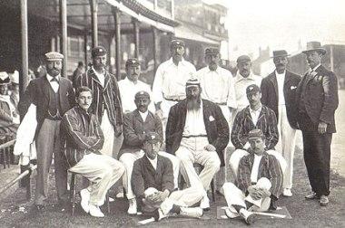সতীর্থদের সঙ্গে। ১৮৯৯ সালে অস্ট্রেলিয়ার বিপক্ষে সিরিজের ইংল্যান্ড দল। মাঝের সারিতে সবার বাঁয়ে সি বি ফ্রাই। মাঝখানে দাড়িওয়ালা ভদ্রলোক যে ডব্লিউ জি গ্রেস, তা তো মনে হয় না বললেও চলে