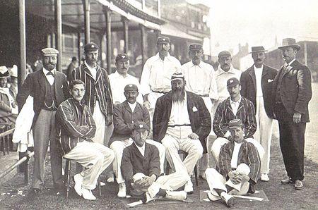 ১৮৯৯ সালে অস্ট্রেলিয়ার বিপক্ষে সিরিজের ইংল্যান্ড দল। ছবির মাঝখানে বসে ডব্লিউ জি গ্রেস